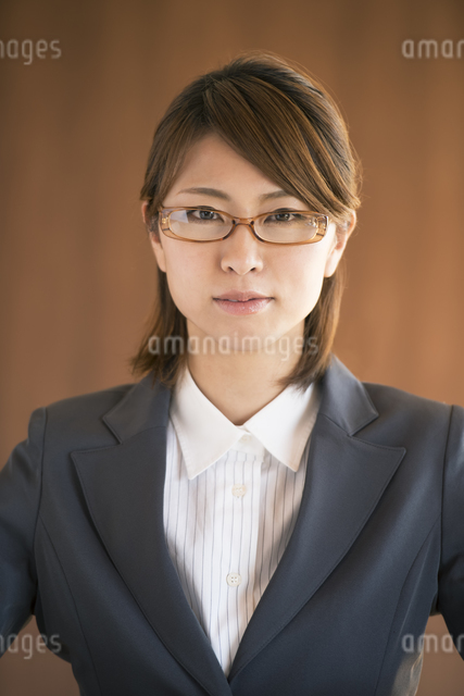 真剣な表情をするビジネスウーマンの写真素材 [FYI04557594]