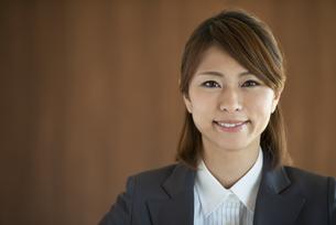 微笑むビジネスウーマンの写真素材 [FYI04557603]