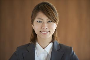 微笑むビジネスウーマンの写真素材 [FYI04557605]