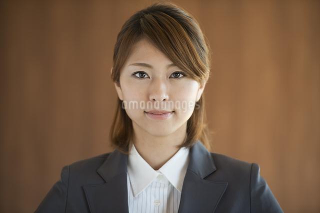 真剣な表情をするビジネスウーマンの写真素材 [FYI04557607]