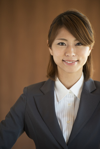 微笑むビジネスウーマンの写真素材 [FYI04557624]