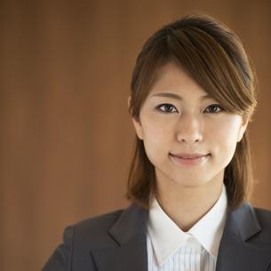 微笑むビジネスウーマンの写真素材 [FYI04557625]