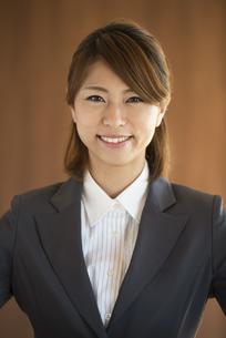 微笑むビジネスウーマンの写真素材 [FYI04557627]