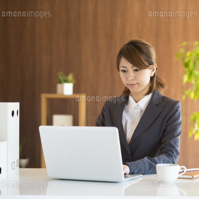 パソコン操作をするビジネスウーマンの写真素材 [FYI04557647]