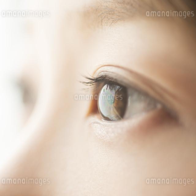 女性の目元の写真素材 [FYI04557680]