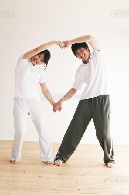 ストレッチをするカップルの写真素材 [FYI04557699]