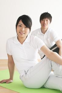 ストレッチをするカップルの写真素材 [FYI04557702]