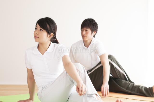 ストレッチをするカップルの写真素材 [FYI04557705]