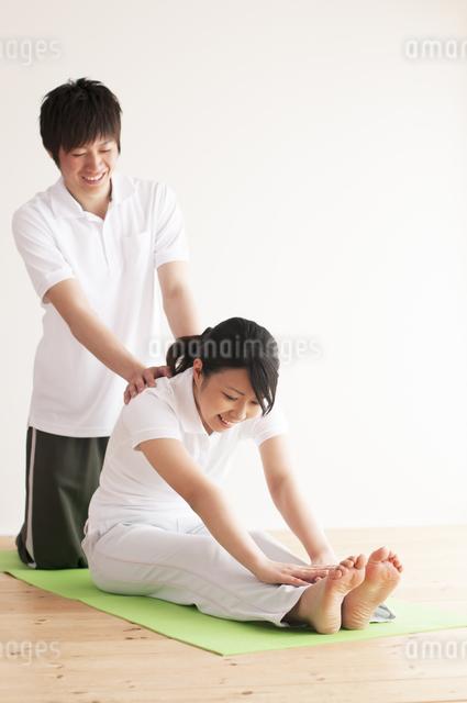 ストレッチをするカップルの写真素材 [FYI04557706]