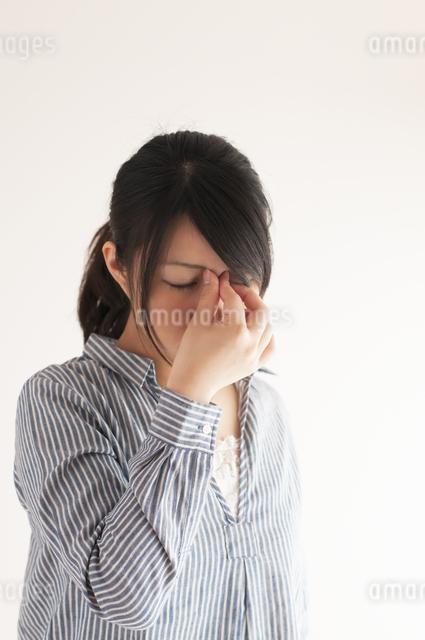 目の疲れに悩む女性の写真素材 [FYI04557712]