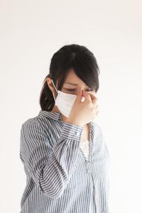 頭痛に悩む女性の写真素材 [FYI04557713]