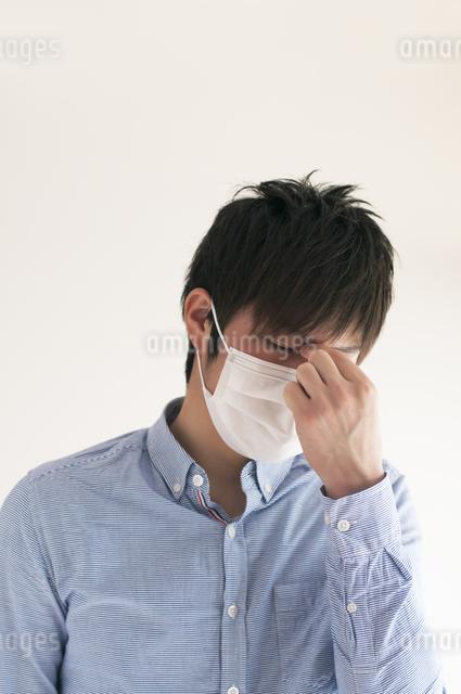 頭痛に悩む男性の写真素材 [FYI04557716]