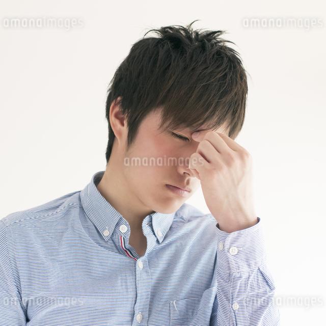 目の疲れに悩む男性の写真素材 [FYI04557717]