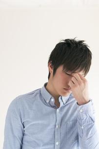目の疲れに悩む男性の写真素材 [FYI04557718]