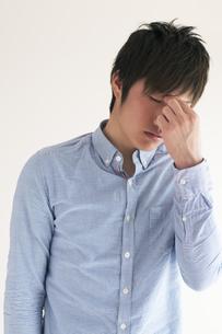 目の疲れに悩む男性の写真素材 [FYI04557720]