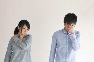 体調不良のカップルの写真素材 [FYI04557722]