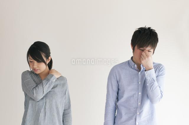 体調不良のカップルの写真素材 [FYI04557723]