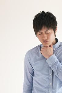 喉の痛みに悩む男性の写真素材 [FYI04557725]