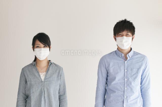 マスクをするカップルの写真素材 [FYI04557726]