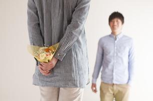 後ろに花束を隠す女性の写真素材 [FYI04557730]