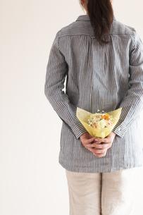 花束を隠す女性の後姿の写真素材 [FYI04557759]