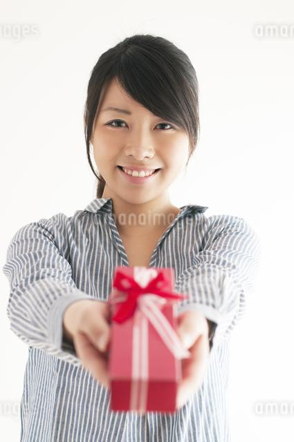 プレゼントを渡す女性の写真素材 [FYI04557763]