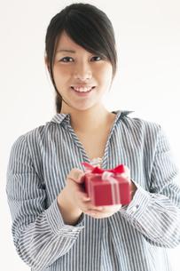 プレゼントをもらう女性の写真素材 [FYI04557764]