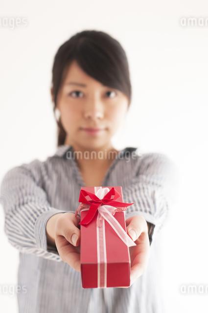 プレゼントを渡す女性の手元の写真素材 [FYI04557765]