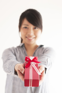 プレゼントを渡す女性の手元の写真素材 [FYI04557766]