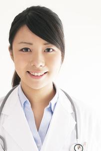 微笑む女医の写真素材 [FYI04557799]