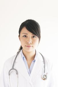 真剣な表情をする女医の写真素材 [FYI04557811]