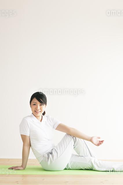 ストレッチをする女性の写真素材 [FYI04557858]