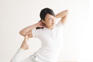 ストレッチをする女性の写真素材 [FYI04557876]