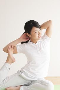 ストレッチをする女性の写真素材 [FYI04557877]