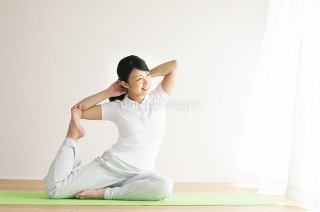 ストレッチをする女性の写真素材 [FYI04557883]