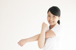 ストレッチをする女性の写真素材 [FYI04557891]