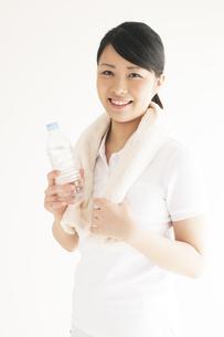 水分補給をする若い女性の写真素材 [FYI04557899]
