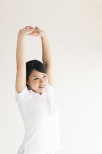 ストレッチをする若い女性の写真素材 [FYI04557904]
