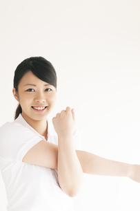 ストレッチをする若い女性の写真素材 [FYI04557905]