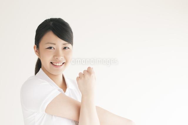 ストレッチをする若い女性の写真素材 [FYI04557912]