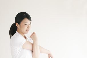 ストレッチをする若い女性の写真素材 [FYI04557914]