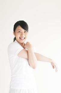 ストレッチをする若い女性の写真素材 [FYI04557915]