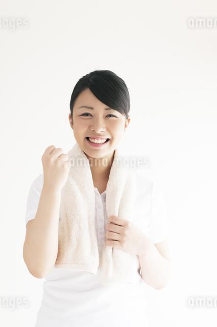 ガッツポーズをする若い女性の写真素材 [FYI04557918]
