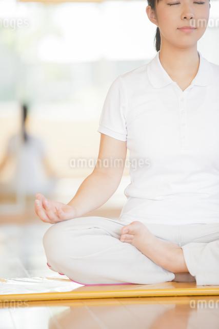 ジムでヨガをする女性の写真素材 [FYI04557939]