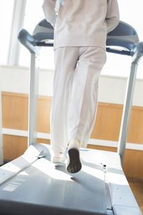 ジムでランニングマシンに乗る女性の足元の写真素材 [FYI04558012]