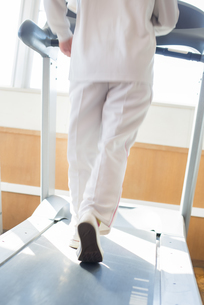 ジムでランニングマシンに乗る女性の足元の写真素材 [FYI04558013]
