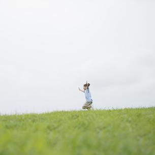 草原を走る女の子の写真素材 [FYI04558015]