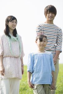草原で微笑む家族の写真素材 [FYI04558070]