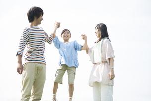 手をつなぐ家族の写真素材 [FYI04558074]
