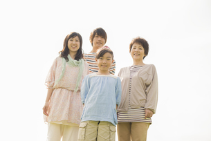微笑む3世代家族の写真素材 [FYI04558089]